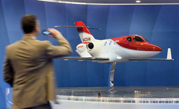 Реактивный двухмоторный самолёт HondaJet на выставке в Женеве