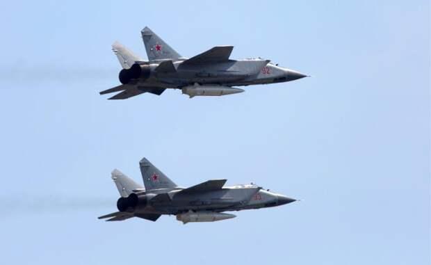 """На фото: многоцелевые истребители МиГ-31К с гиперзвуковыми ракетами """"Кинжал"""""""