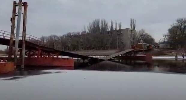 В Астрахани в воду рухнул пешеходный мост на «Десятке»