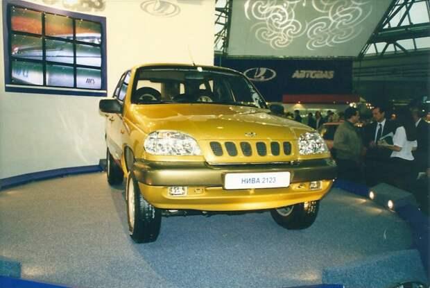 ВАЗ-2123 или новая Нива. Мелкосерийно производился в ОПП АВТОВАЗа в 1998-2002 гг. Позже был перелицован в Chevrolet Niva, которая выпускается до сих пор. автовыставка, автосалон, выставка, ретро фото