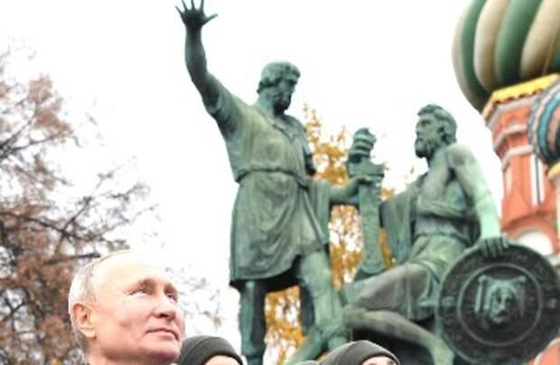 Шендерович считает, что устраивая себе пожизненное сенаторство, Путин ваньку валяет