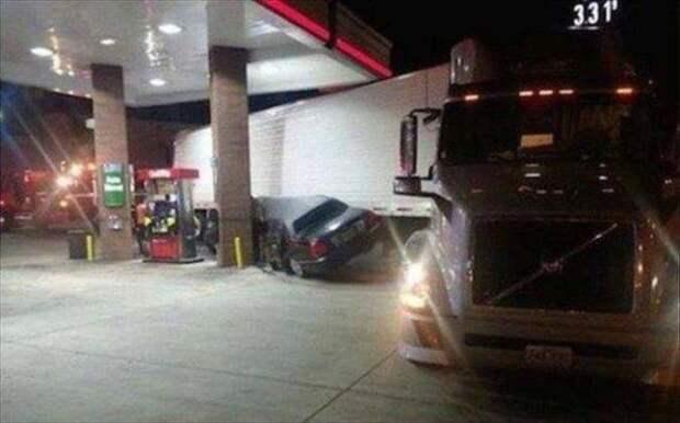2. Очевидно, он очень торопился и не стал ждать, когда фура отъедет. авто, водители, не до смеха, нелепая ситуация, смешно, фиаско