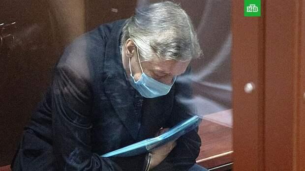 Раскрыто необычное содержимое папки Ефремова в суде