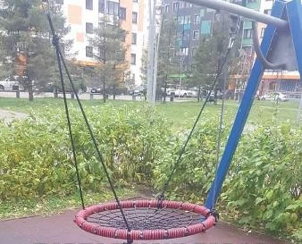 На детской площадке на Дмитровском отремонтировали качели