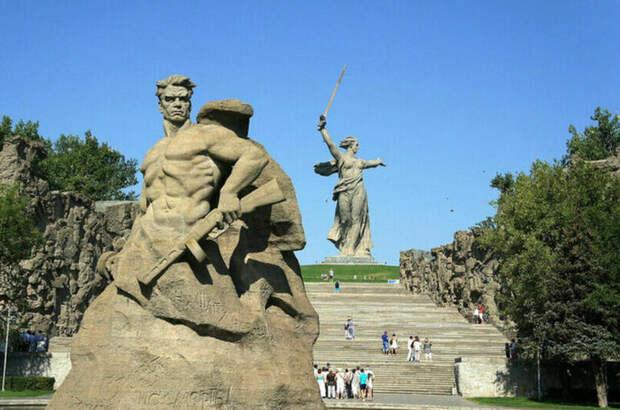 Памятник героям Сталинграда открыли 54 года назад
