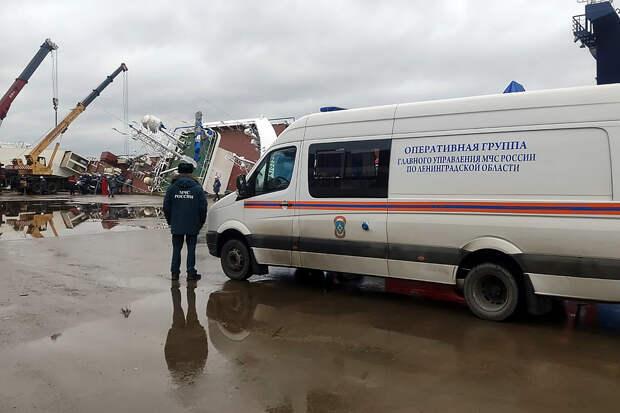 Два человека пострадали при опрокидывании строящегося судна в Ленобласти