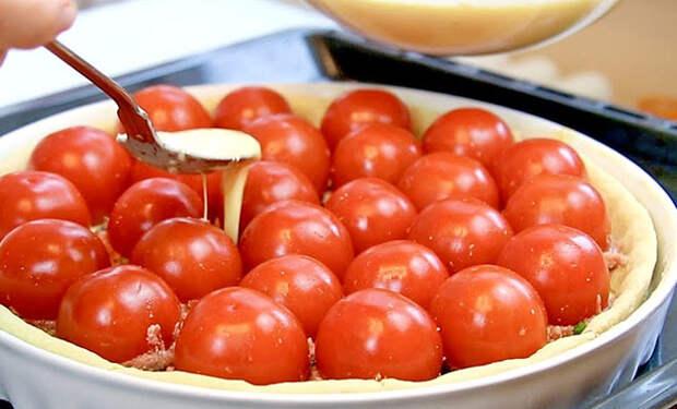 Заливаем помидоры и мясо соусом и пирог почти готов