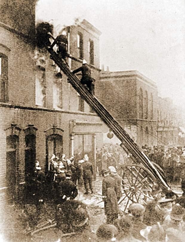 Пожарные тушат дом номер 100. <br>