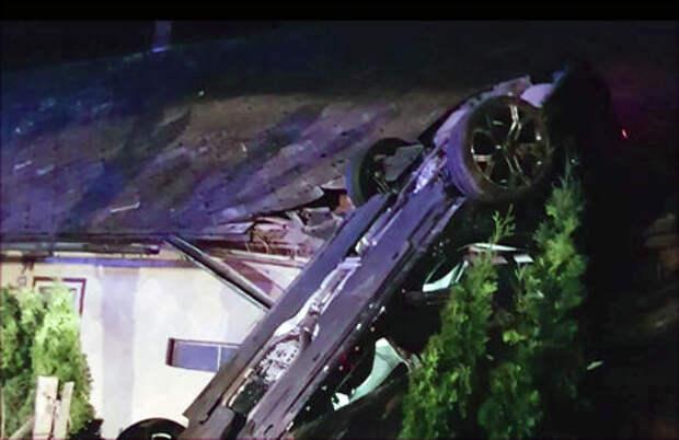 Автомобиль приземлился на крышу здания. Это спасло жизнь водителю и пассажирам