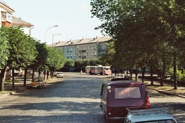 Невероятно, на даже в Калининграде в 1992 году было почти незаметно иномарок: 1992, СССР, дорожное движение, капиталистические страны, прошлый век, соц. страны, страны третьего мира, улицы