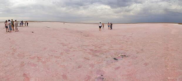 Как поджечь воду и почему озеро розовое