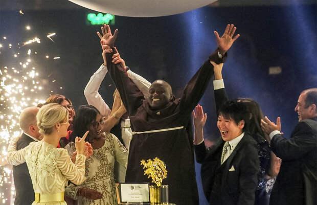 Учитель из бедной африканской деревни получил $1 млн и звание лучшего преподавателя в мире