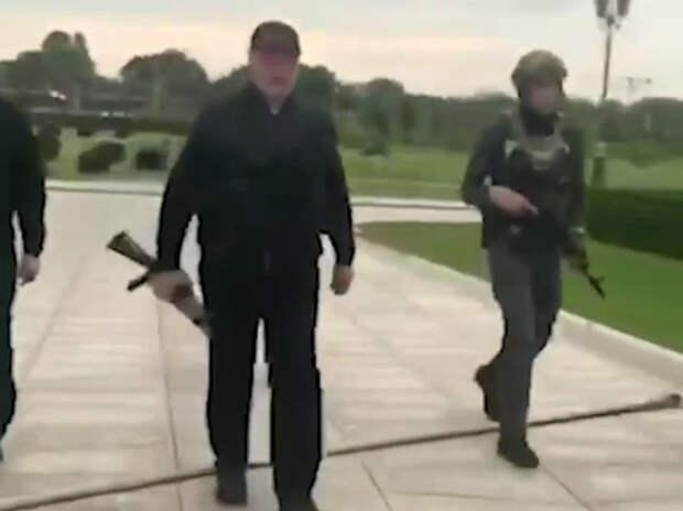 Зачем Лукашенко вышел к народу с автоматом?