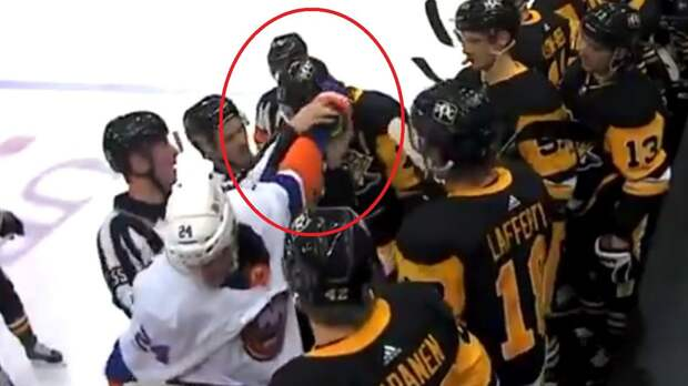 Забавный курьез с русским хоккеистом. Драку Малкина с американцем Майфилдом сорвала застрявшая в шлеме крага: видео