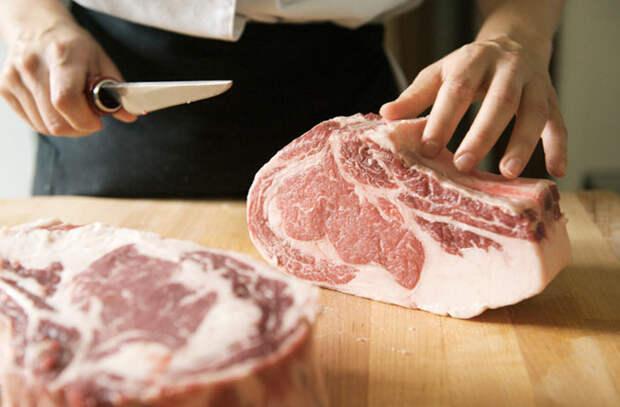 6 инструментов из поварских запасов, которые помогают готовить мясо вкуснее