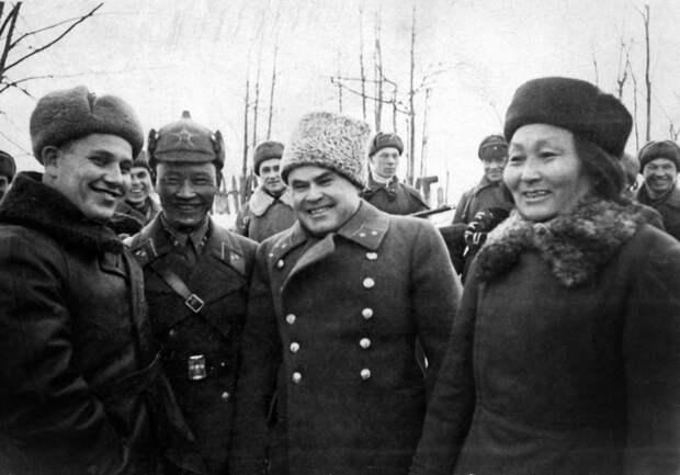 Руководитель тыла Брянского фронта Н.А. Антипенко с делегатами из Монголии