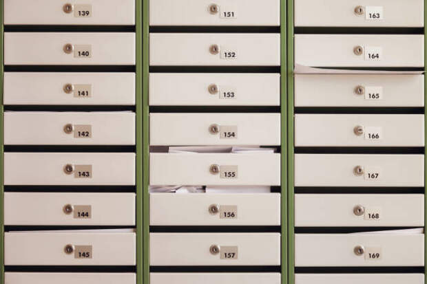 почтовые ящики в жилом доме - почтовые ящики в россии стоковые фото и изображения