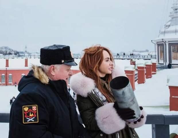 Пальнула так пальнула: певица МакSим выстрелила из пушки в Петропавловской крепости