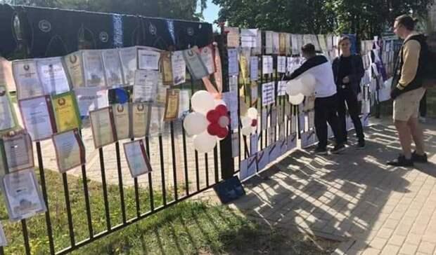 Фото дня: белорусские дети возвращают грамоты школам, которые фальсифицировали выборы