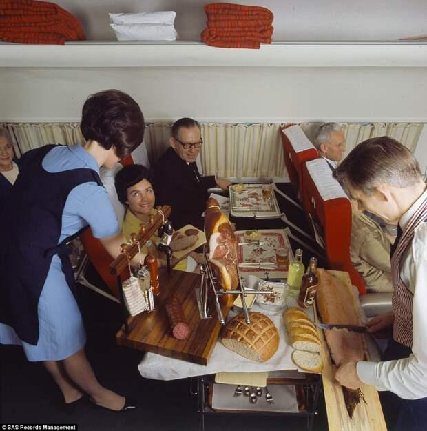 11 фото еды, которой кормили на рейсах норвежских авиакомпаний 50 лет назад