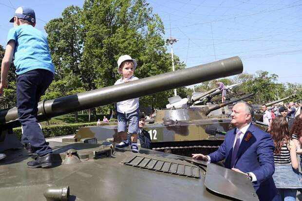 В столице Молдавии советские танки вытеснили хаммеры НАТО