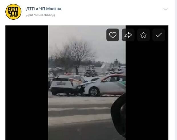 На Пятницком шоссе каршеринг врезался в такси