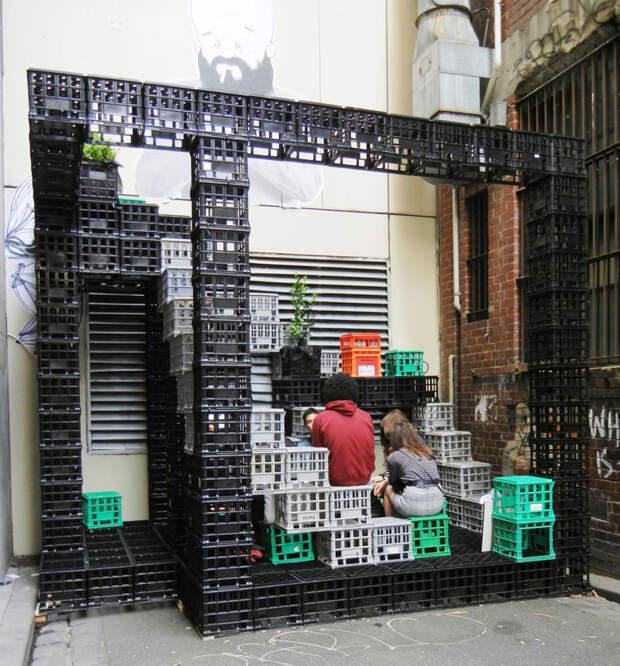 Можно создать целое пространство, в качестве материалов используя исключительно пластиковые контейнеры интересно, контейнер, поделки, полезный пост, своими руками, фото