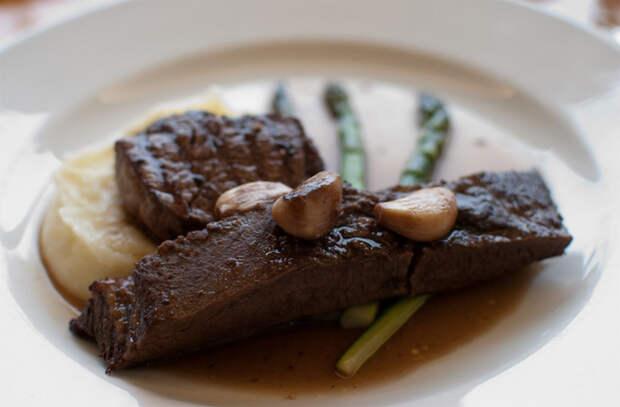 Делаем мясо вкуснее, пока оно отдыхает: кладем масло по совету повара