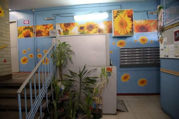 В жилом доме в 4-м квартале Капотни цветы «выросли» на всех этажах