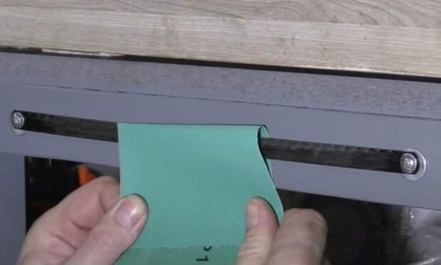 Прикрученное полотно для ножовки по металлу облегчает отрывание наждачки. /Фото: youtube.com/watch?v=JslPUskhJi8