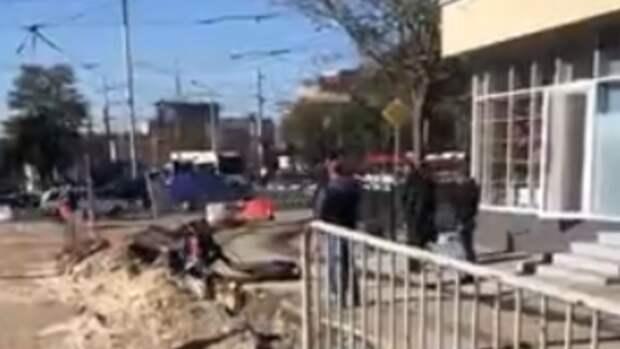 Неизвестные вРостове сбросили бомжа встроительную канаву