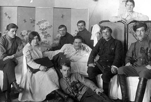 22-летний командующий Охотским фронтом ДВР Яков Тряпицын (в центре — в белом) и его беременная гражданская жена, начальник штаба Охотского фронта ДВР Нина Лебедева-Кияшко (вторая слева) в конце марта 1920 года. Оба расстреляны в июле 1920 года по приговору «суда 103-х»