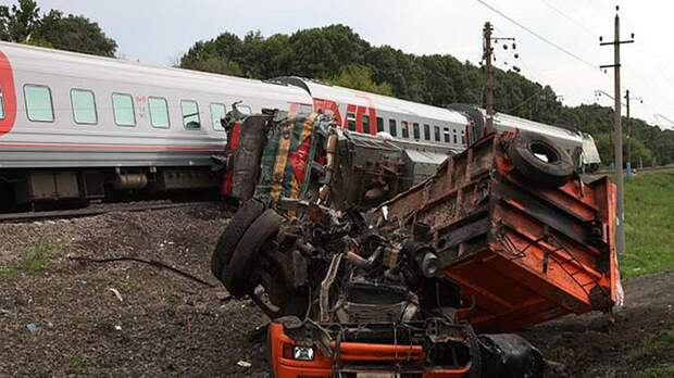 В Карелии пассажирский поезд врезался в грузовик