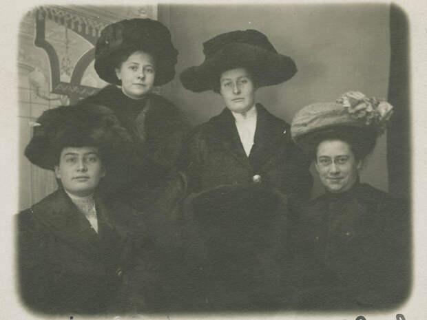 Владивостокские дамы, видимо, принадлежащие к высшему сословию.