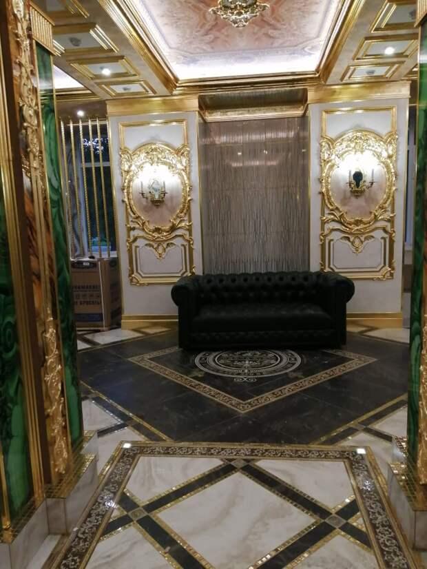 То ли Лувр, то ли Версаль: бизнесмен из Екатеринбурга сделал скромный ремонт в родной школе