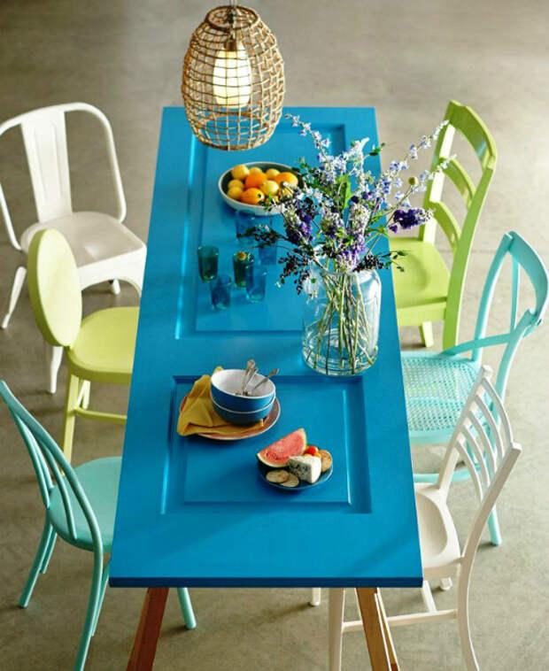 Яркий обеденный стол.