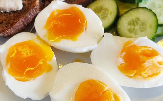 Варим яйца как делают повара в ресторанах: выключаем сразу как закипят. Желток всегда получается полужидким