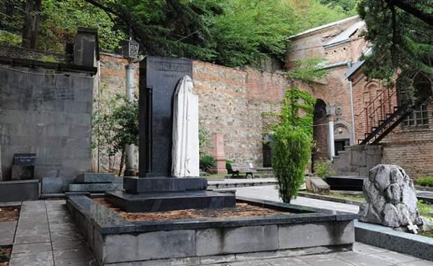 Кому не дает покоя могила матери Сталина в Тбилиси?