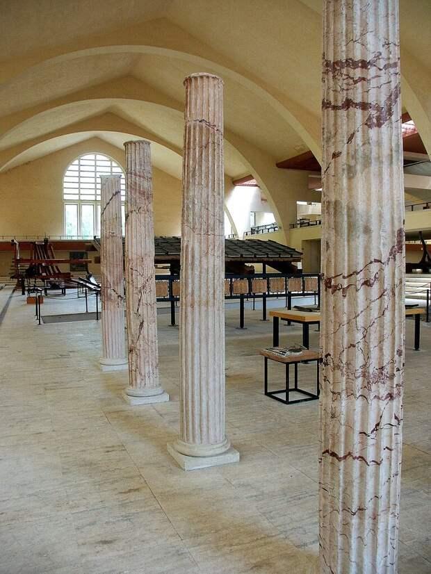 Эти мраморные колонны украшали корабль.