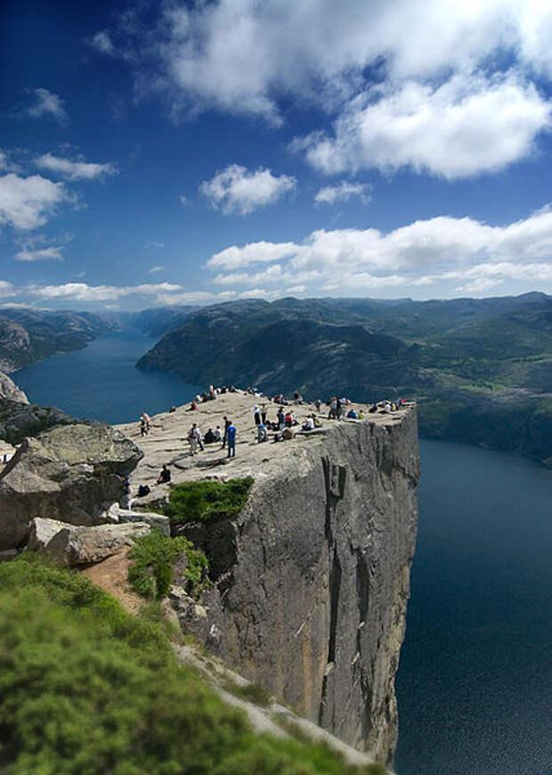 Вид на скалу Прекестулен. фото