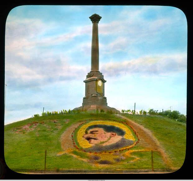4. Монумент в парке Шевченко (бывшем Александровским) с портретом Сталина в цветах.