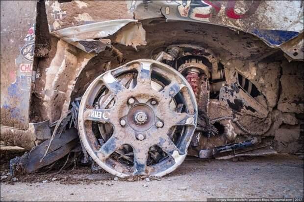 Вот в таком виде машина предстала перед механиками, когда мы ее притащили. land cruiser, toyota, авто, автоспорт, гонка, прокол, ралли, шелковый путь