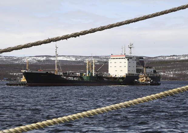 Танкер «Вязьма» и буксир «Николай Чикер» Северного флота прибыли из дальнего похода