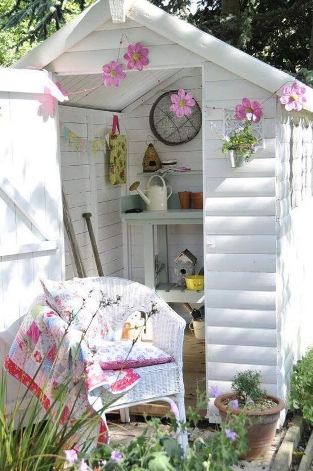 Белоснежный садовый сарай: красиво, но непрактично