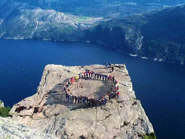 Хоровод на вершине скалы Прекестулен. Фото