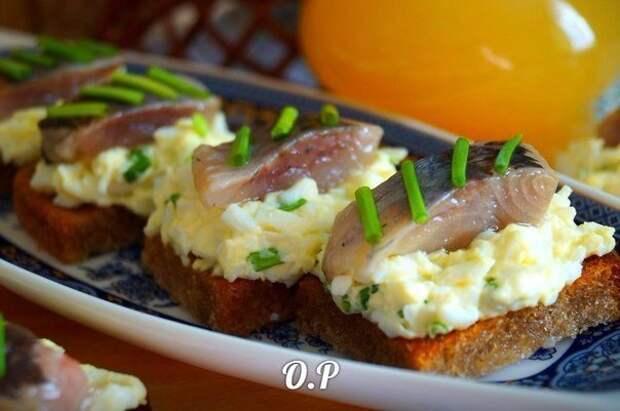 Гренки с яйцом и селёдочкой.