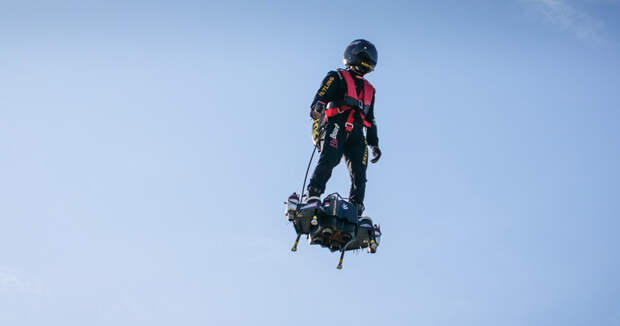 Проблема пробок решена: французские инженеры создали летающие скейтборды
