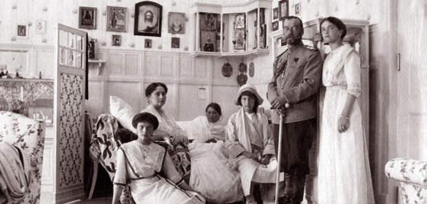 Семья у постели цесаревича Алексея