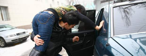 В Сургуте спаслись две похищенные девушки, выпрыгнув из автомобиля