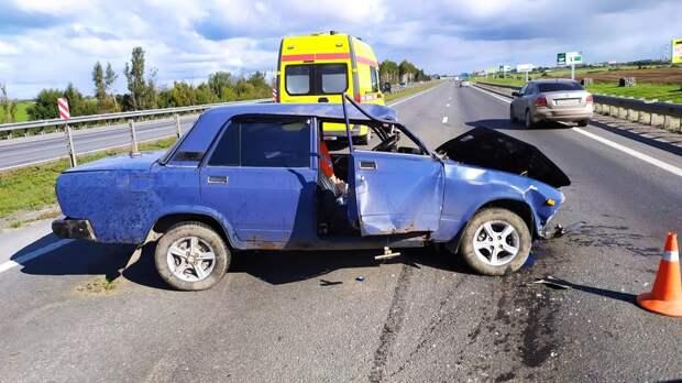 ВАЗ с пьяным за рулем влетел в перила и перекрыл трассу А-114